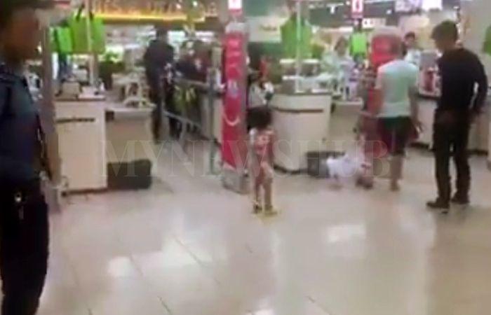 Video ibu hempuk anak dengan beg tangan sampai terpelanting dan terjerupuk atas lantai kerana hilangkan coklat yang dibeli   SEORANG kanak-kanak perempuan dihempuk dengan tas tangan oleh ibunya gara-gara kesalahan kecil menghilangkan sebungkus coklat yang dibeli.  Video ibu hempuk anak dengan beg tangan sampai terpelanting dan terjerupuk atas lantai kerana hilangkan coklat yang dibeli  Video itu dipercayai dirakam di sebuah pasar raya di Thailand berdasarkan pada suara yang kedengaran dalam…