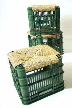 mobilier : tabourets, caisses plastiques, paillage, sièges