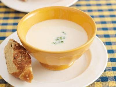 堀 知佐子さんのにんにくを使った「にんにくスープ」のレシピページです。スペインのにんにくスープを食べやすくアレンジ。牛乳でのばしポタージュ風に仕上げるので、風味もまろやか。元気が出るスープです。 材料: にんにく、鶏ひき肉、ねぎ、牛乳、細ねぎ、好みのパン、塩