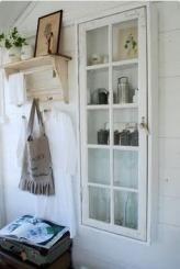 Ide til skab. Køb en vinduesramme, og byg selv en karm til brug for et skab. Fx. en 8-ruders ramme til kr. 800,-. Skru 4 smalle høvlede planker sammen.