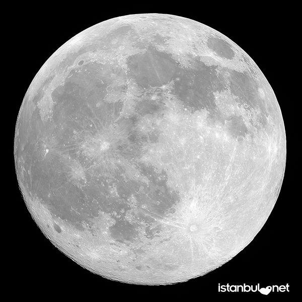 Gece tanrıçası Sirona' nın ve doğurganlığın simgesi olarak da aşk sembolleri arasında özel bir yere sahip. Ay, aynı zamanda kadınsı duyguları ve yumuşak romantizmi de temsil eder.