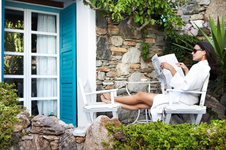 This is the life! No hasty mugging up on your notes for the next business meeting; just a casual browse through the celebrity lifestyle pages waiting for the next cocktail… then the penny drops: YOU'RE THE CELEBRITY NOW!#kivotosmykonos #luxurylifestyle #mykonos #summer #relaxation #kivotosSignatureSuites #instatraveling  http://qoo.ly/giur2