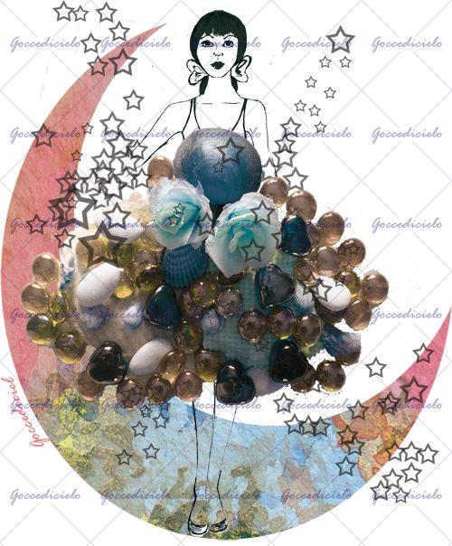 """Ballerina in posa frontale indossa una composizione di pietre colorate, fiori e conchiglie dalla quale escono """"scintille"""" di stelle. Fa da sfondo una luna colorata di azzurro e rosa. Realizzata con tecnica mista acquerello, disegno a china e montaggio fotografico."""