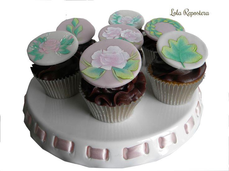 #rkt #fiestasmedellin #mesadedulces #colombia #reposteriapersonalizada #sugarcraft #hadmade #chocolate #cupcakes #pintadoano #handpaintedcupcakes
