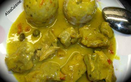 Couper le porc en petits dés (ou lamelles) et réserver.Laver et essuyer le poivron, retirer le pédoncule et les parties blanches puis le tailler en petits cubes.Eplucher et émincer finement l'oignon.