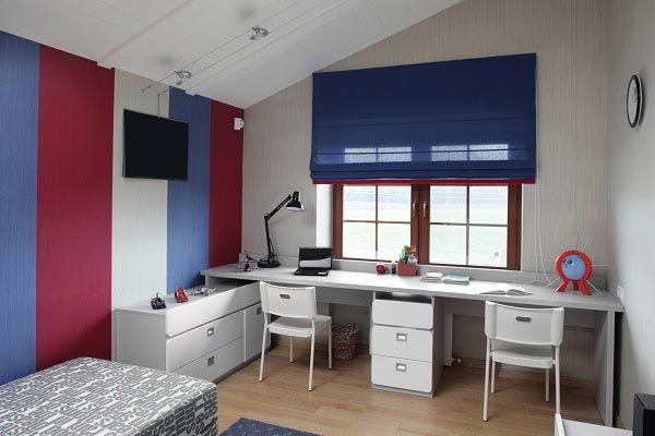 Рабочий стол для двоих детей напротив окна