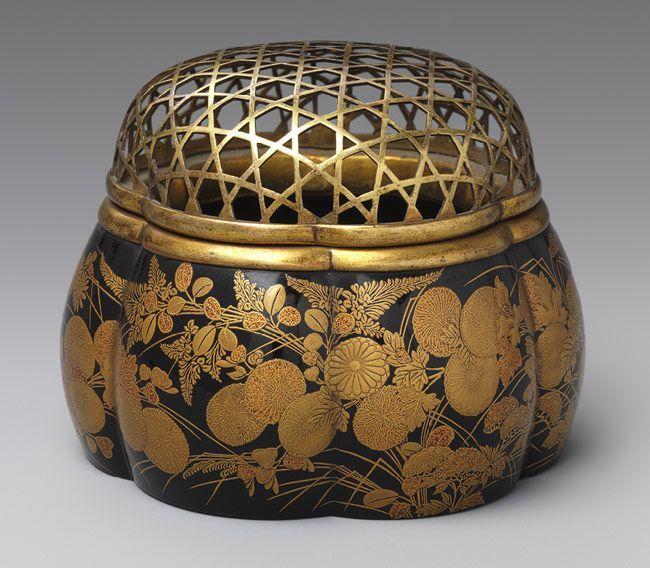 """Курительница kikikoro с осенними цветами и травами для японской арома-церемонии """"Кодо"""". В нее помещался кусочек драгоценной древесины или шарик из смолы, специй и т.д. для дальнейшего нагревания. Курительница сделана из древесины в форме тыквы и покрыта лаком и расписанная золотом. Крышка выполнена из бронзы. 17 век. Еще публикации рубрики #aromatissimo_history."""