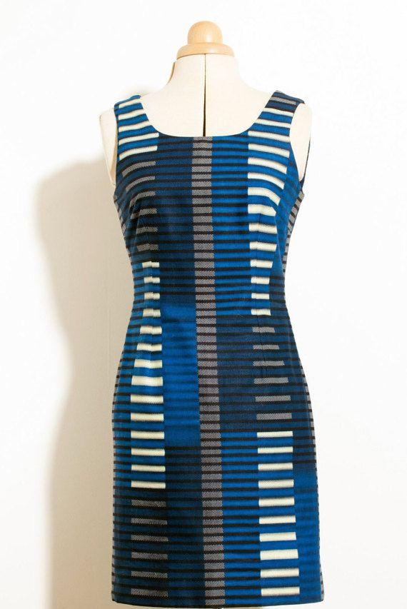 Midnight Grace is een prachtig op maat gemaakte jurk gemaakt met Afrikaanse stof.  De snit is uitgerust en contouren van het lichaam echt goed. Het is perfect voor s avonds, daywear of elke gelegenheid waar u wilt toevoegen van een vleugje elegantie.  Belangrijke dingen om te weten over deze jurk: Wordt geleverd in maat 8 (EU 36), 10 (EU 38), 12 (EU 40) Onzichtbare zip Knie lengte Nederlandse katoenweefsel Katoenen voering  Voor wijziging wordt verstaan onder: De naad uitkering op is 2. Dit…