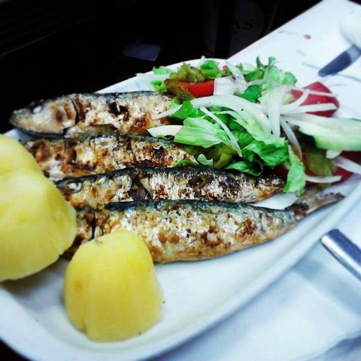 Les sardines grillées à la braise peuvent être accompagnés avec des pommes de terre cuites, salade de poivrons ou simplement avec une tranche de pain.
