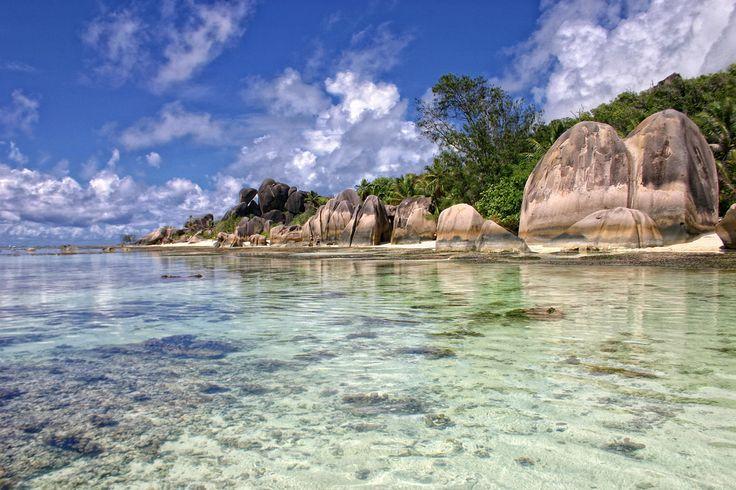 SEICHELES Esse arquipélago e tão tranquilo que parece ter sido descoberto há pouco tempo. O lugar que, antigamente, servia como base para piratas possui uma paisagem tropical incrível, com águas cristalinas e formações de granito.