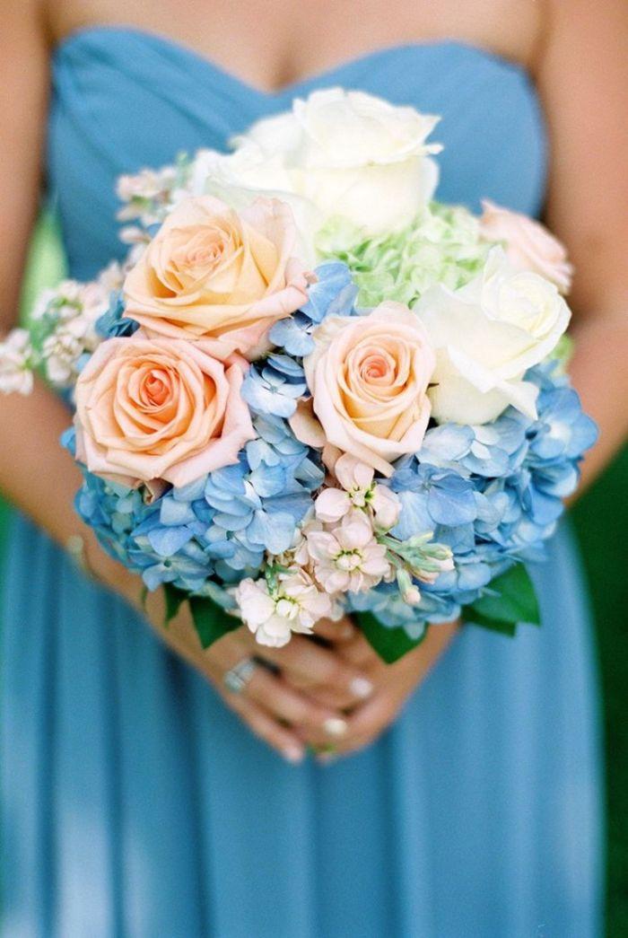 Ideen für Sommerhochzeit, Kombination von Rosen und Hortensien, Creme und Blau