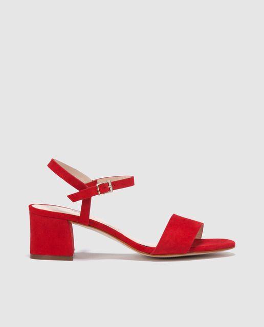 Sandalias de tacón fabricadas en piel de color rojo, pulseras con cierre de hebilla y tacón medio de 4 cm de altura.