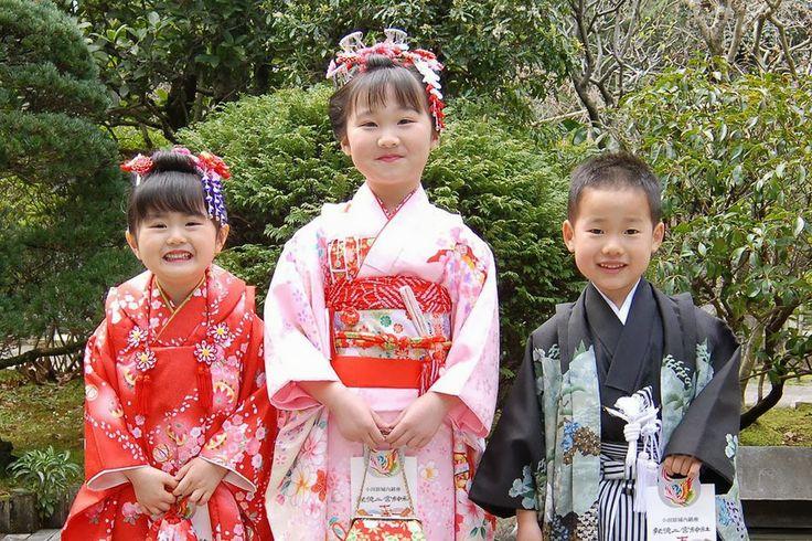 Япония – загадочная страна Востока, чья колоритная культура издавна привлекает жителей Запада, а в последние десятилетия и вовсе находится на пике популярности. Мы с легкостью оформляем интерьеры своих комнат в традиционном японском стиле, пытаемся узнать секреты красоты и сексуальной привлекательности гейш и готовим своим возлюбленным экзотические суши, а наши дети увлеченно смотрят аниме и читают мангу. Но одна из наиболее неординарных и немаловажных для самих японцев сторон японской…
