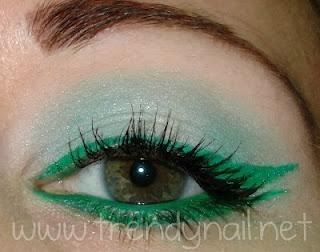 Ho dato un'occhiata e ho pensato di riprodurre il trucco della modella della campagna pubblicitaria, ombretto turchese opaco e doppia linea di eyeliner verde prato. Per questo trucco ho usato la mia palette 120 colori, una vera risorsa infinita! Non avendo un eyeliner del colore verde che ha la modella ho usato l'ombretto che più gli si avvicinava. Read more: http://www.trendynail.net/2012/02/makeup-tutorial-capri-lookcollistar.html#ixzz1sykjs7HN