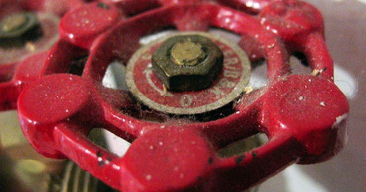 Como fechar um registro de água. As válvulas de água controlam o fluxo de água através dos canos em uma casa. Quando você girar uma válvula, o cano fechará e bloqueará a água. Essas válvulas são úteis ao fazer a instalação e manutenção de aparelhos. Por exemplo, ao instalar uma pia nova, em vez de desligar a água da casa, você poderá simplesmente fechar a válvula debaixo da pia. ...