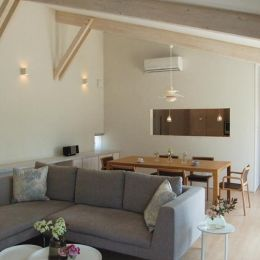 『O-house』L字型の住まいの部屋 勾配天井の開放的なLDK