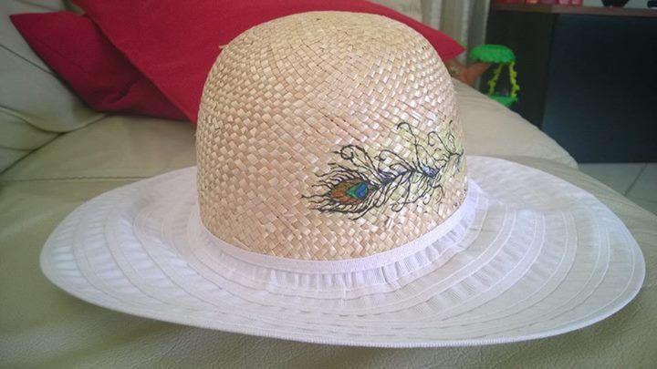 cappello mare con piuma di pavone