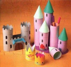 Con rollos de papel de cocina o del baño, haremos torres de diferentes tamaños y construiremos con ellas un castillo medieval. Las torres pueden ir coronadas con cartulina y otras dejarlas tal como están para meter bolígrafos dentro.