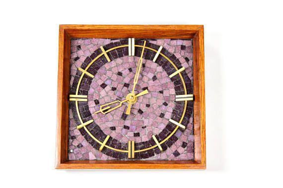 Mid Century Modern Wanduhr, Mosaikuhr, Messing Mosaik Holz Uhr, Clock, Küchenuhr, Wallclock, Vintage 60er Germany  Sehr ausgefallene Wanduhr mit echten Mosaiksteinen aus den 60er/ 70er Jahren. Der Rahmen ist aus Holz und das Ziffernblatt und die Zeiger sind Messingfarben. Sehr schöne