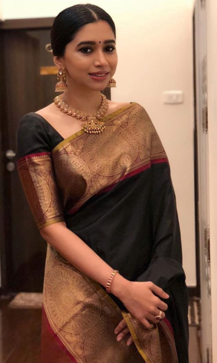 Love the saree as well as whole look!