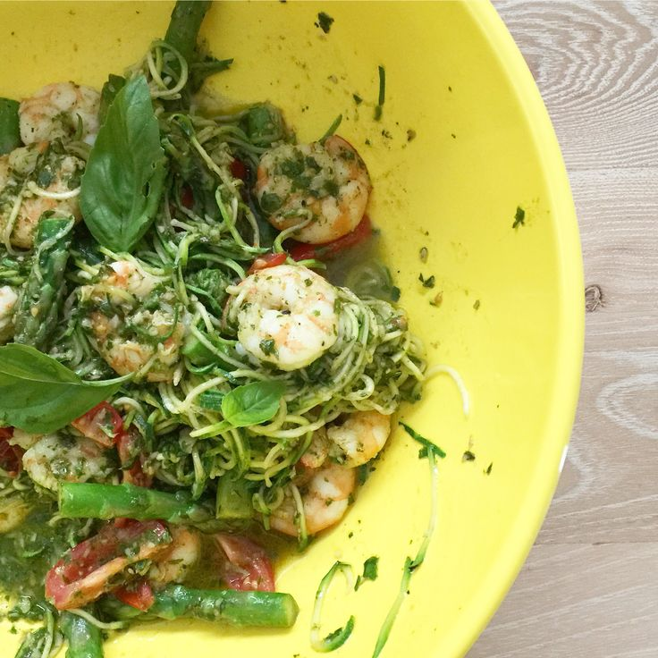 Zucchini noodles with tomatoes, asparagus, prawns & pesto
