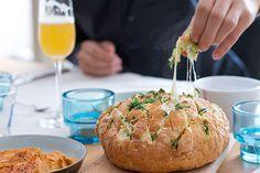 Pull apart bread aka plukbrood is echt een gerecht om te delen, je plukt dus gezellig met je tafelgenoten stukjes uit dit heerlijke warme brood gevuld met kaas en kruiden.