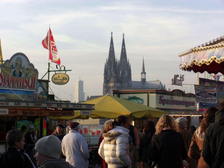 Herbst Kirmes in Köln-Deutz mit Kölner Dom im Hintergrund