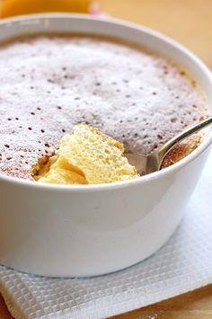 Könnyű citromfelfújt | Fűszer és Lélek - Le Cordon Bleu sorozat Édes csemegék című könyvéből - Hozzávalók: vaj a forma kikenéséhez, 6 dkg vaj, 2 ek liszt, 8 dkg cukor (az eredeti recept 10-et ír), 1/2 rúd vanília kikapart közepe (nincs az eredeti receptben), 1 citrom reszelt héja, 2 tojás szétválasztva, 3 ek citromlé, 2,5 dl tej, 1 csipet só.