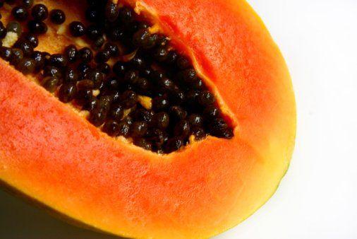 Beneficios de consumir las semillas Protegen el riñón. En caso de problemas de insuficiencia renal, algunos estudios han encontrado que pueden proteger los riñones contra afecciones posteriores. En este caso, se recomienda masticar 7 semillas de papaya, 3 veces al día. Mejoran la salud intestinal. Debido a su alto contenido de enzimas proteolíticas, las cuales pueden acabar con los parásitos y sus huevecillos, son un excelente antiparasitario intestinal. También contienen un alcaloide…