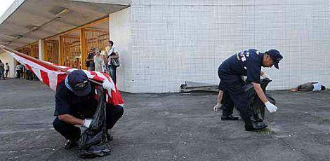 Militares japoneses fizeram a limpeza da área e chamou a atenção das pessoas que estavam dentro do Terminal Integrado do Recife / Foto: Diego Nigro/JC Imagem