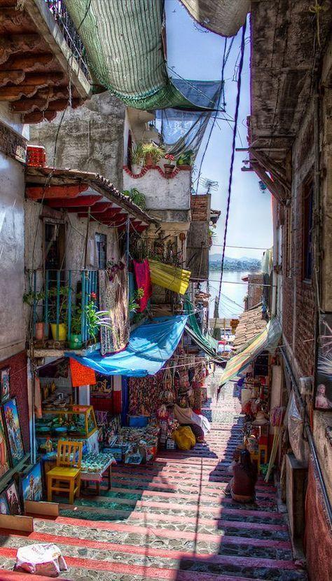 Petit marché de bric et de broc et plein de couleurs.
