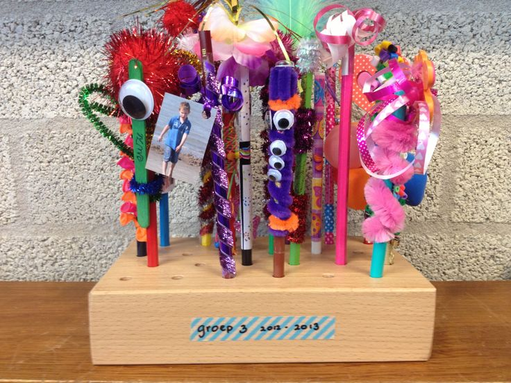 Cadeau voor de juf! Allemaal een persoonlijk potlood gemaakt! Met dank aan de kindjes van groep 3 en de klassenmoeders!