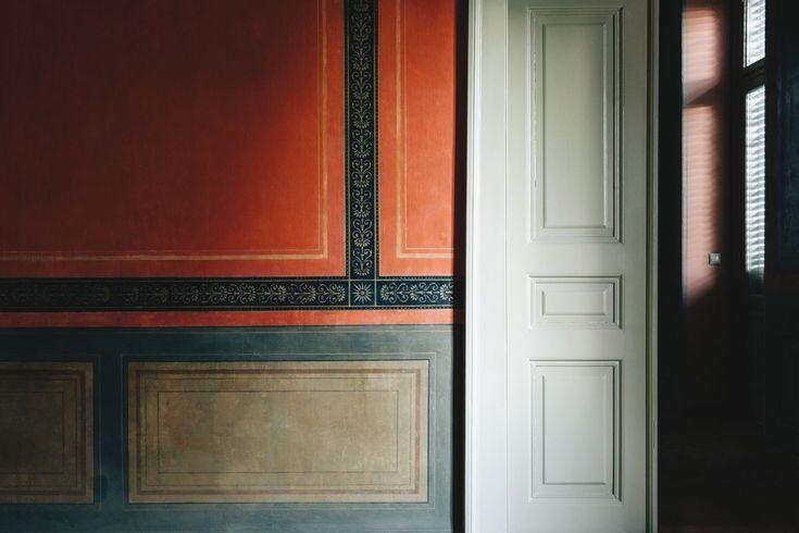 Εσωτερικό δωματίου με τοίχους κοσμημένους με διακοσμητικά σχέδια.