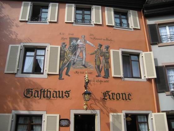 Die Stadt Staufen liegt am Ausgang des Münstertals in die Rheinebene. Zu Staufen im Breisgau mit den ehemals selbstständigen Gemeinden Grunern und Wettelbrunn. Von weitem ist die sich über die Oberrheinebene erhebende Ruine Burg Staufen sichtbar. Die Burg kann besichtigt werden und wird nachts beleuchtet. Die Ruine ist heute im Besitz der Stadt Staufen.