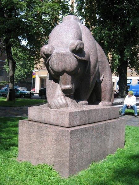 Karhu muurahaispesällä - Kallio Helsinki