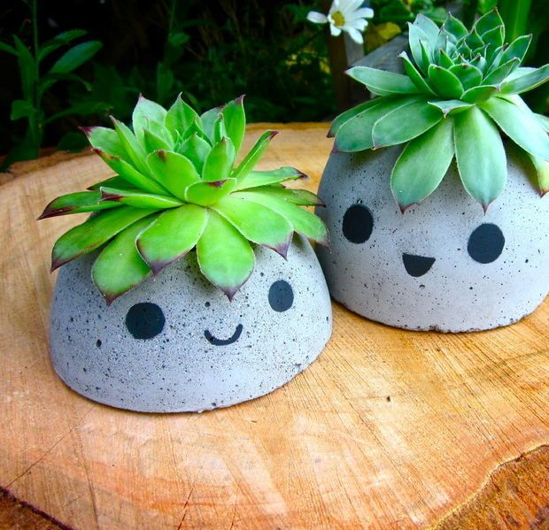 Use cement to make a pair of merry planters