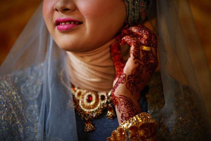 За три дня до свадьбы индонезийки могут раскрасить хной ногти, руки и ноги. Они рисуют птиц и цветы.