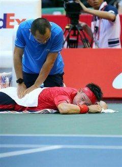 テニスの楽天ジャパンオープンで錦織選手が臀部の痛みで棄権しました 第ゲームが終わった瞬間から臀部に痛みが出た痛みが徐々に来たわけでなくどこかのショットで痛めたみたいです 残念ですけど無理しないほうがいいですよね()