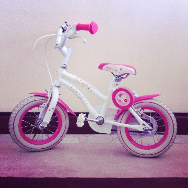 Bicicletta con pedali, per femminuccia, accessoriata di rotelle www.hipmums.it - http://hipmums.it/collections/accessori