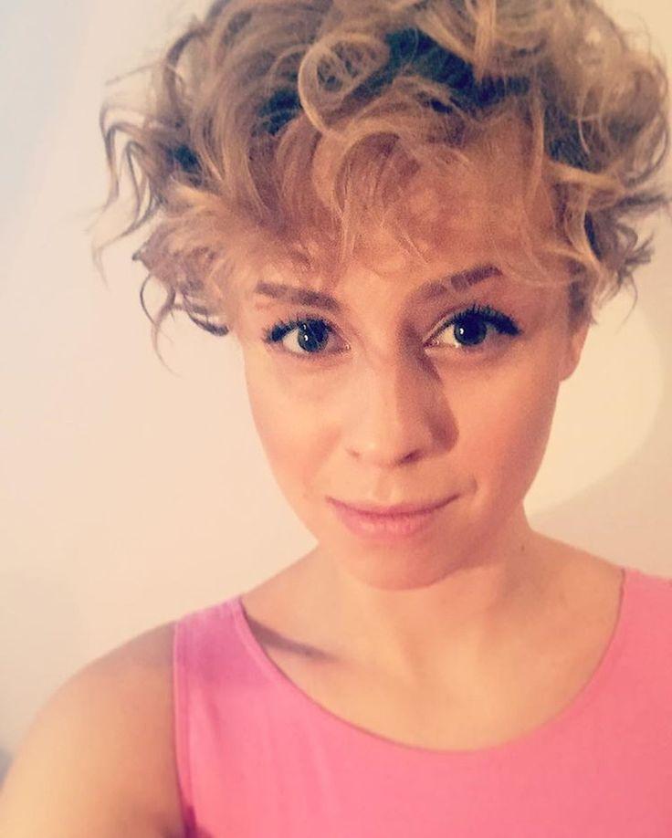 Taki mamy klimat #curlyhair #blonde #fun #work #grease #greaseistheworld #sandyolsson #actress #pink #jestempokręcona