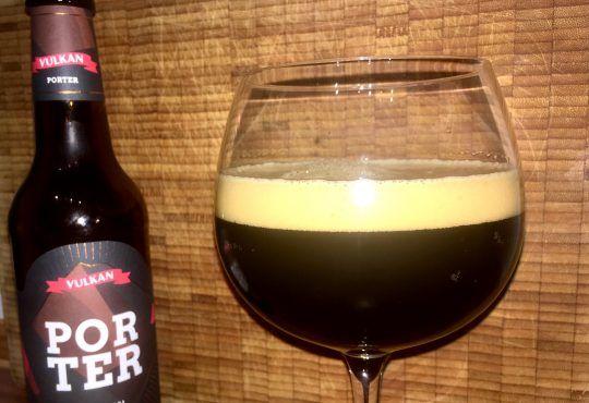 Das Vulkan Porter sieht nicht nur aus wie Kaffee, es schmeckt sogar danach. Fast schon cremig fließt das fast schwarze Bier aus der Flasche in das Glas und auch der Schaum ist geradezu geschmeidig. Der erste Geruch nimmt direkt die malzigen Röstaromen war. Wir haben das Vulkan Porter für euch probiert.