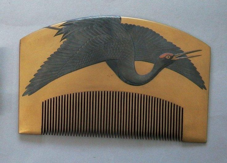 Early Edo comb, gold maki-e over tortoiseshell with a crane. It is a hallmark of…