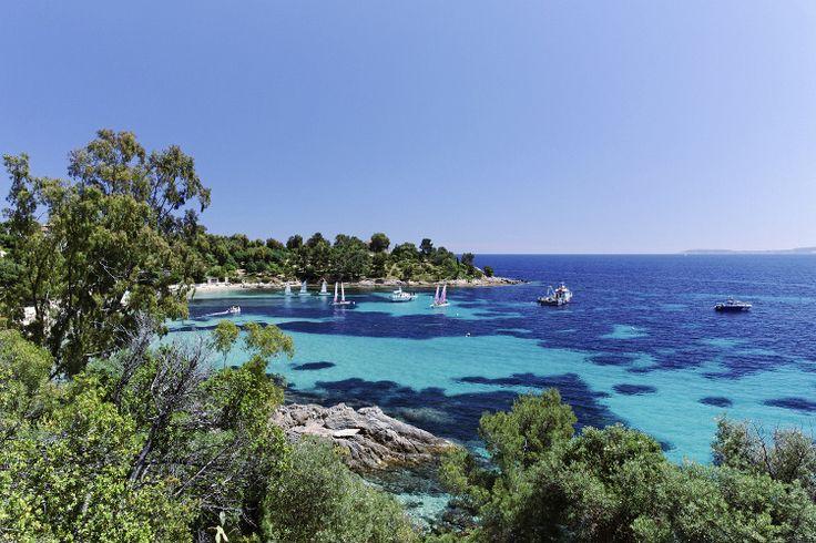 Loin de la foule estivale, la Côte d'Azur bénéficie, aux prémices de l'automne, de son doux climat méditerranéen. révélant une douceur de vivre sous le soleil de septembre.