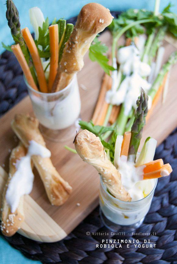 Aperitivo dell'ultimo momento? Antipasto leggero, fresco e senza stress? Ecco un Pinzimonio di robiola e yogurt greco con verdure crude e grissini di pizza!