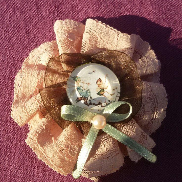 Spilla e fermaglio per capelli realizzato a mano ispirato agli elfi del bosco, con pizzo rosa antico, raso e perlina. Kawaii pin up