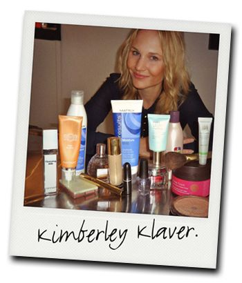 DE MAKE-UPTAS VAN Kimberley Klaver: Parfum: Flower Bomb van Viktor & Rolf Bronzer: Terracotta bronzer van Guerlain Lipstick: Coral Bliss lipstick van MAC Gezichtsreiniging: All-in-One Facial Cleanser with Toner van dr. Dennis Gross Oogschaduw: Black And Grey With Shimmers van Guerlain