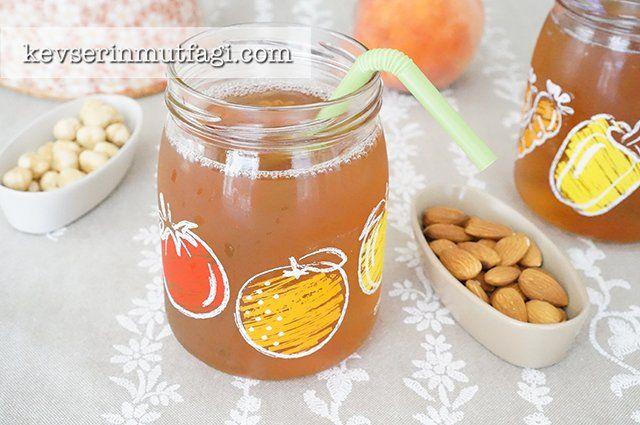 Şeftalili Buzlu Çay Tarifi - Malzemeler : 2 adet şeftali, 1 su bardağı çay demi (demlenmiş, su eklenmemiş çay), 1/2 su bardağı şeker, 2,5 lt su.