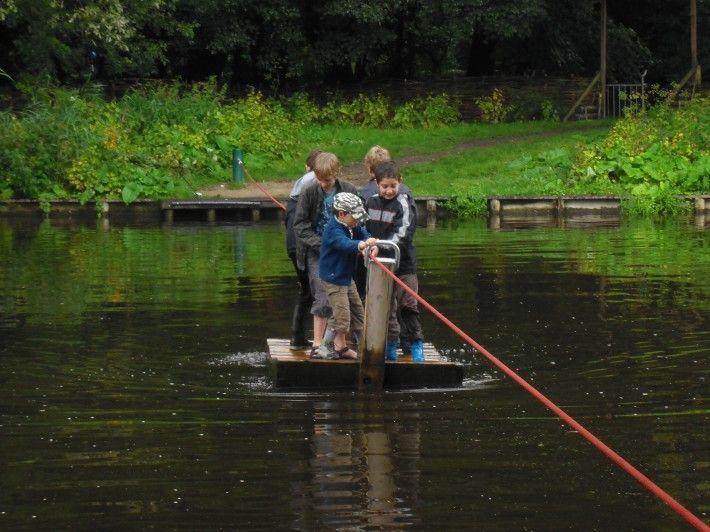 De speeleilanden in het Amsterdamse Bos zijn bereikbaar met spannende wankele loopbruggen en een zelf te bedienen pontje. Kinderen mogen op deze eilandjes ook hutten bouwen en in bomen klimmen en er is een kabelbaan.