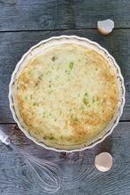 QUICHE LORRAINE  Een klassieke quiche Lorraine, heel simpel met spekjes, crème fraîche, eieren, room én een zelfgemaakte hartige taart bodem. Erg makkelijk, maar zó smaakvol  Recept onder de knop >>BRON<<