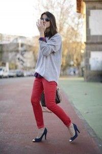 グレートップスとチェックシャツと赤ズボンパンツと青パンプスコーディネート